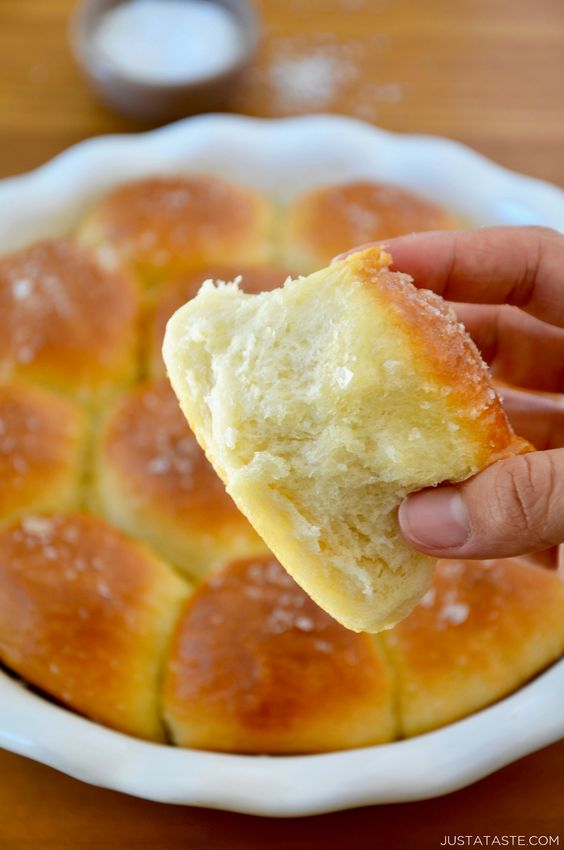 Soft and buttery Easy Homemade Dinner Rolls are the perfect addition to your Thanksgiving menu! #recipes #thanksgivingrecipes #thanksgiving #sidedish #dinnerrolls #bread #breadrecipes