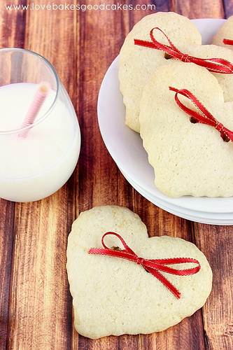 These DIY Hearts and Bows Cookies by Love Bakes Good Cakes are so creative!