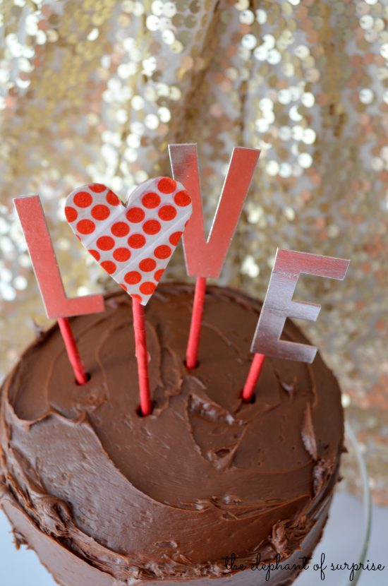 Chocolate, gold, and sequins! These are among my most favorite things in the world! Check out this easy peasy Valentine Cake Topper by The Elephant of Surprise