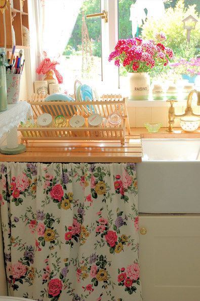 How to add Farmhouse decor to your rental house! Fun, easy, and quick DIY decorating tips that are essential when going for the farmhouse kitchen look! #farmhouse #homedecor