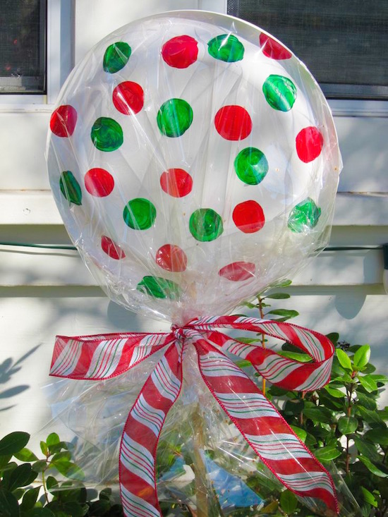 DIY dollar store lollipops for Christmas decor! Use paper plates (glued/stapled together & Christmas Decorating Hacks