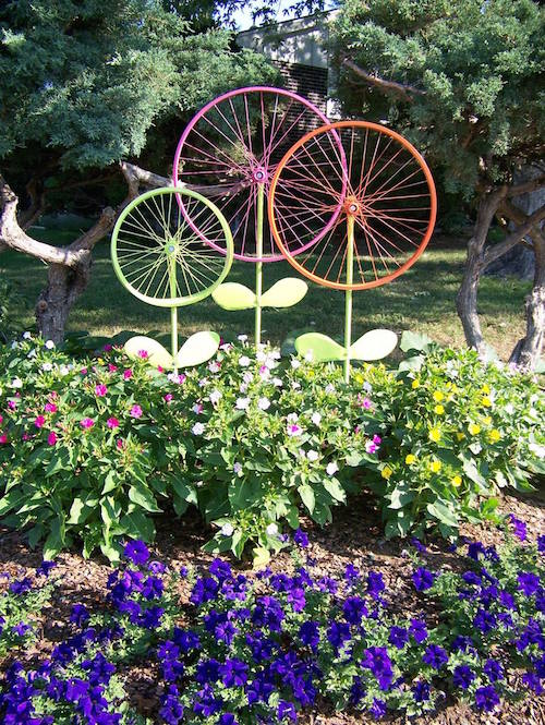 Old bicycle wheels turned garden art flowers - cute!