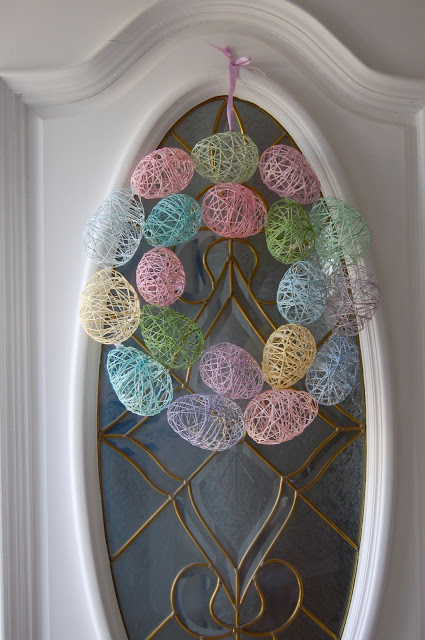 How's this for creative? A DIY Easter egg wreath using balloons and pastel yarn. MUST TRY!