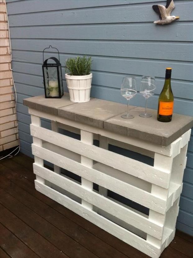 Outdoor bar made with wood pallets