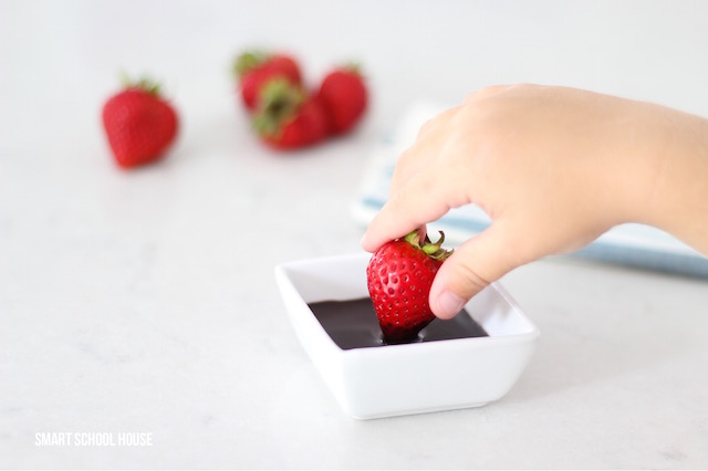 Strawberries dipped in chocolate plus 5 simple treats to make at home - easy dessert ideas. Saving this!