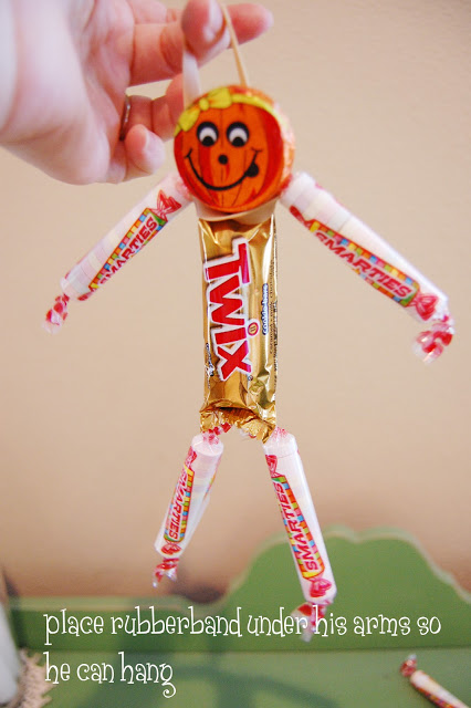 Halloween candy men! How cute and I love how you can make them hang using a rubber band.