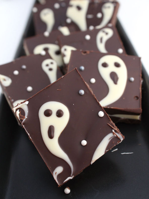 3-ingredient Halloween ghost bark! This is a great last minute Halloween idea too! Easy to make and fun to eat. DIY Halloween gift idea.