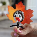 Tootsie Pop Turkeys. An ADORABLE and easy Thanksgiving turkey craft idea for all ages and all skill levels;)