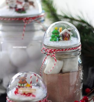 How to make a Mason Jar Lid Snow Globe for Christmas - ADORABLE! It is so easy for everybody to do! DIY Christmas gift in a jar idea.