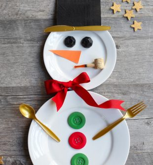 How to make a Snowman Place Setting for Christmas- ADORABLE! I can think of a few people who would love to see this waiting for them at their spot on the table.