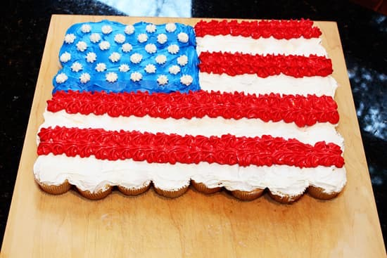 4th of July Cupcake Cake - No need to cut this cake, just pull a cupcake off! Easy to make and fun to eat.