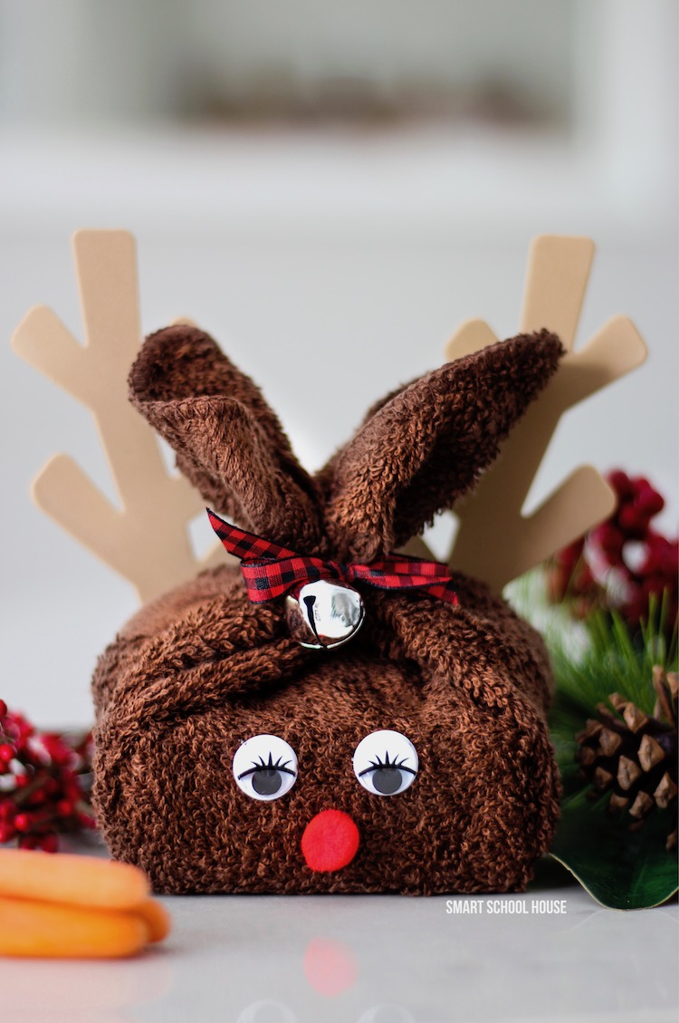 Reindeer made from washcloth. ADORABLE and easy DIY Christmas gift idea! #DIYChristmasGift #DIYholiday #handmadegift #washclothreindeer #ChristmasCraft #Rudolphcraft