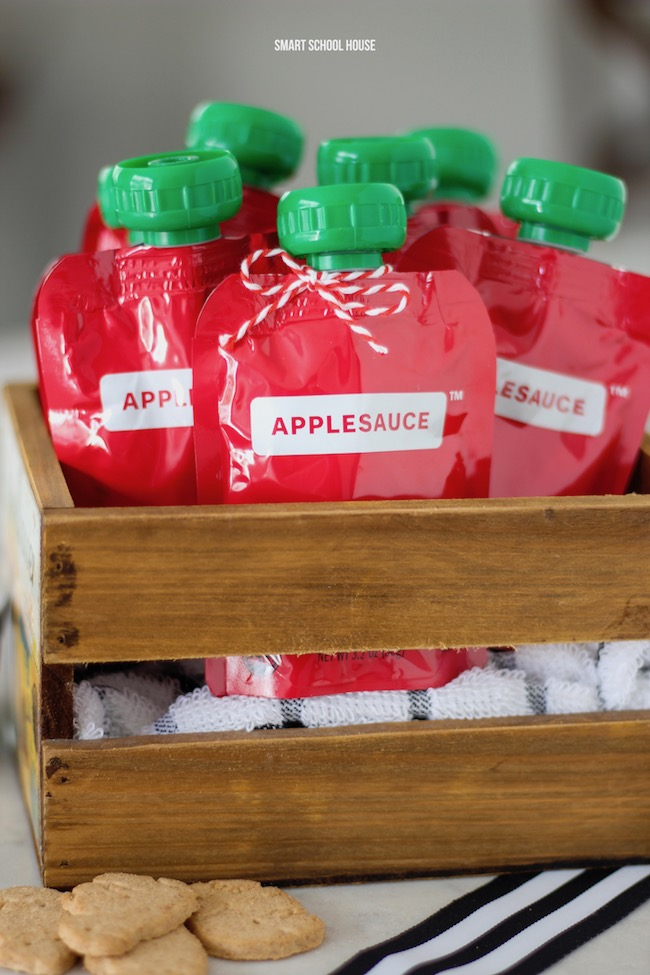 How cute are these applesauce squeeze pouches in an apple crate?! Gluten free, nut free, dairy free, and ORGANIC Valentine idea. Free printable. Emoji with apple eyes. #ValentinesDay #DIYValentine #glutenfree #nutfree #dairyfree #organic