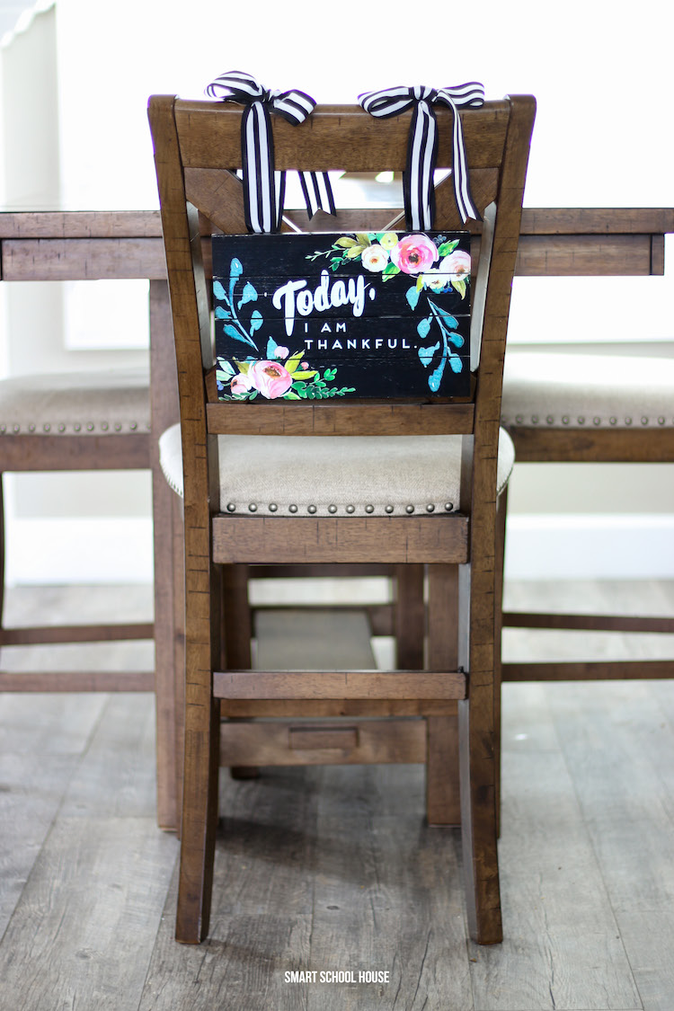 Hang a sign from the back of a chair with this simple trick! Today, I am Thankful hanging chair sign #tablescape #hangingchairsign #homedecor #diyhome #easter #spring #brunchtable