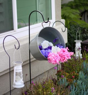 Hanging Galvanized Tub Planter #garden #gardendecor #gardening #gardentips #farmhouse #DIYdecor
