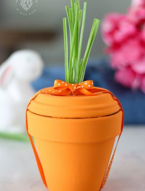 Terra Cotta Pot Carrot - ADORABLE! Paint terra cotta pots to make them look like carrots for spring or easter! Put gifts inside or use them as decoration. #terracotta #terracottapot #easter #easterdecor #carrot #springdecor