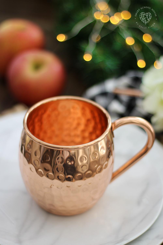 Moscow mule mugs on marble plates. Fall tablescape decor ideas. #falldecor #falltablescape #homedecor