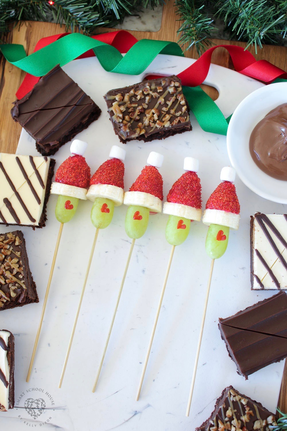 Grinch Skewers for Christmas. SO EASY! The perfect Grinch Christmas idea for the holidays #Grinch #GrinchGrapes