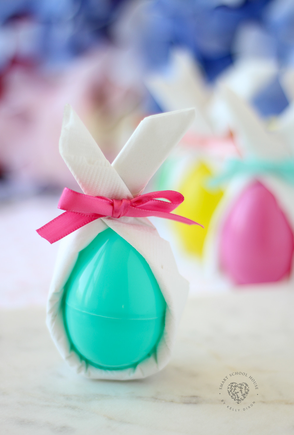 Use napkins and an egg to make a cute Easter bunny, great for Easter dinner! #Easter #EasterEggs #DecoratingEasterEggs #DIYEasterDecor #EasterCraft