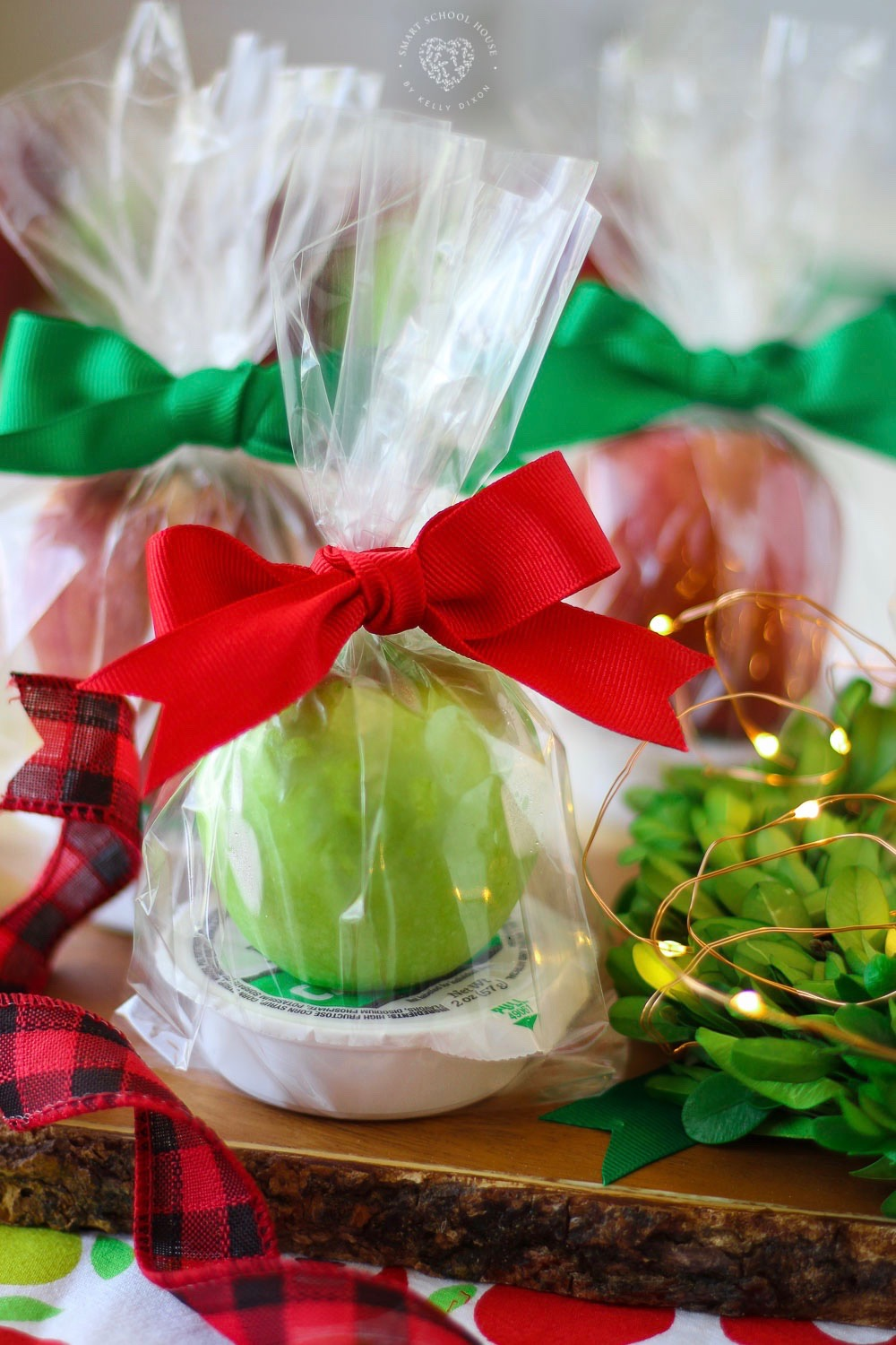 Whip up caramel apple goodie bags to deliver to friends and family for a treat! Make them for back to school, Halloween, Thanksgiving, or Christmas!