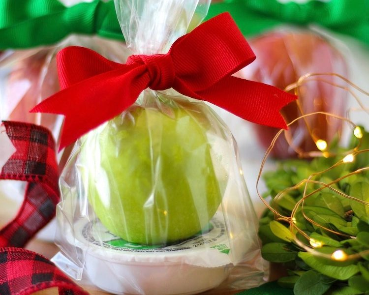 Whip up this caramel apple goodie bag to deliver to friends and family for a treat! Make them for back to school, Halloween, Thanksgiving, or Christmas!