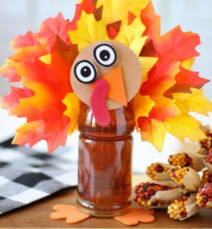 Gobble gobble! Adorable Tea Bottle Turkey craft idea for Thanksgiving.