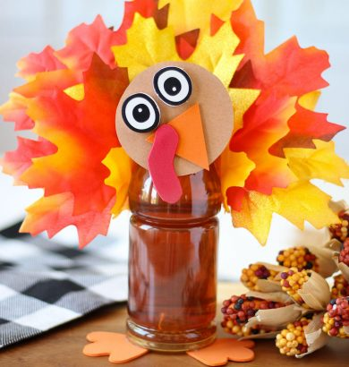 Gobble gobble! Adorable Tea Bottle Turkey craft idea for Thanksgiving.