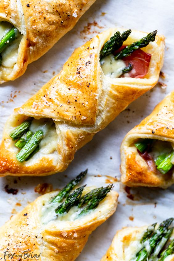These Prosciutto Asparagus Puff Pastry Bundles are an easy and elegant appetizer or brunch idea! Perfect for Easter, Mother's Day or any other party or brunch!