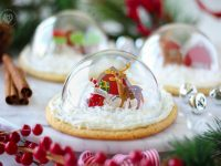 Snow Globe Cookies take Christmas Cookies to the next level – they are cute, delicious, and look BEAUTIFUL on the holiday table!