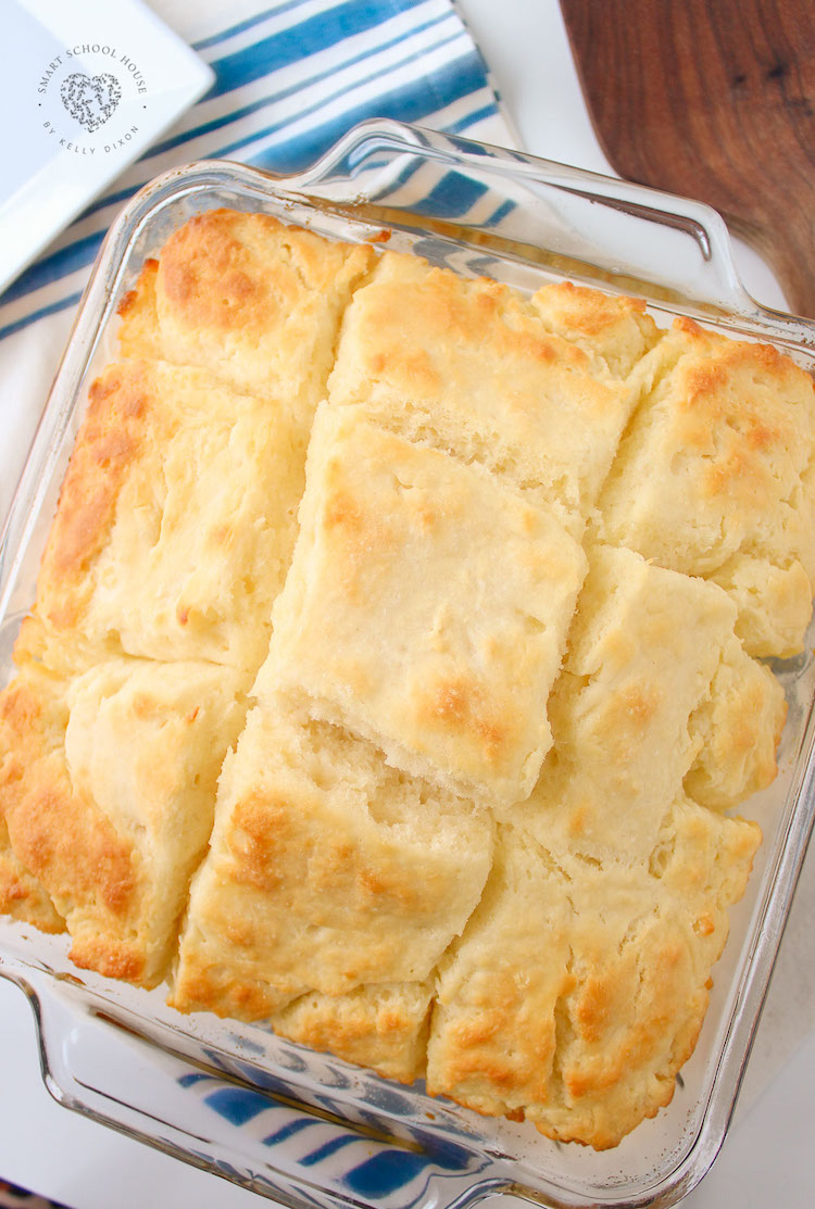 ¡Galletas de suero de leche caseras rápidas y fáciles que flotan en mantequilla!  La mejor comida para sentirse bien.  Estas galletas de suero de leche son perfectas para desayunar con salsa, gelatina o miel o se sirven como acompañamiento de la cena.  Van muy bien con chile, carne y sopa.  Una de las mejores recetas en Pinterest, ¡en serio!  Tus abuelas estarían muy orgullosas.  Se hornean en poco tiempo y a toda la familia le encantará esta sencilla guarnición que acompaña a cualquier comida.